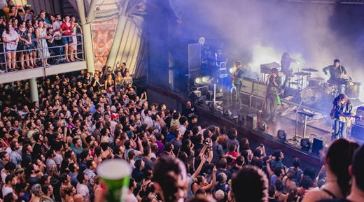 O Phoenix tocando a pleno vapor no palco de um Circo Voador jorrando gente pelo ladrão