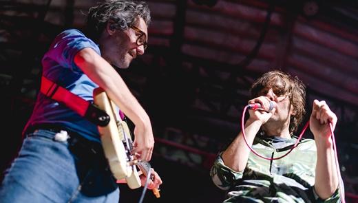 O guitarrista e tecladista Laurent Brancowitz ao lado de Mars: dois terços do eixo central do Phoenix