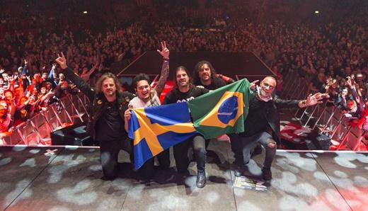 Clássica pose de final de show, com o público ao fundo, na abertura para o Scorpions, na Suécia