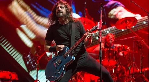 O vocalista, guitarrista e mestre de cerimônia do Foo Fighters, Dave Grohl, com a contumaz empolgação