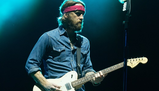 O guitarrista Chris Shiflett, agora com o look e também tocando como guitar hero no Foo Fighters