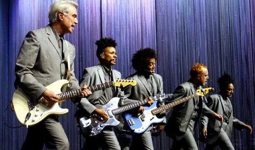 Byrne evolui no palco com os músicos, em uma das muitas coreografias ensaiadas nos mínimos detalhes