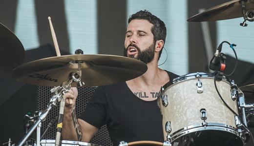 O baterista Jean Dolabella, ex-Sepultura, que também toca guitarra, e bem, no Ego Kill Talent