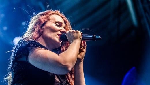 A vocalista do Epica, Simone Simons, que segue em ótima fase, em intensidade e variação vocal
