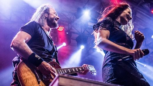 O guitarrista Isaac Delahaye, que tem os solos subtraídos, e Simone Simons em coreografia ensaiada