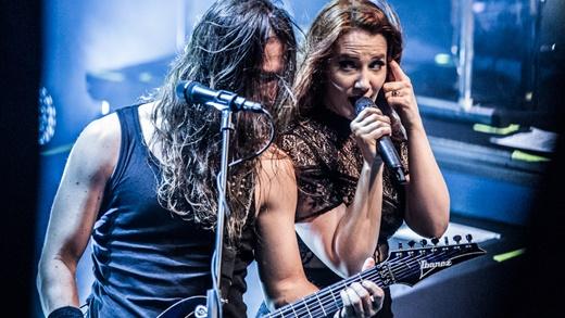 No olhar: o bom entrosamento do guitarrista e vocalista Mark Jansen, ao lado de Simone Simons