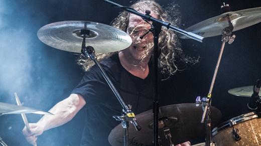 Em ótima fase, o baterista Ariën van Weesenbeek mostra vigor em todas as músicas, além de um solo