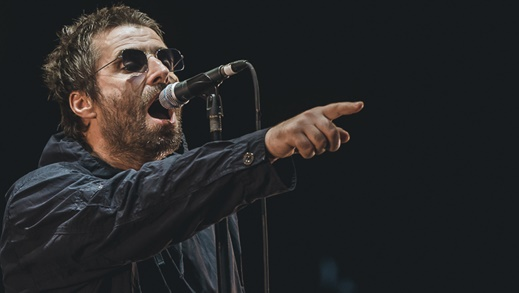 Liam Gallagher aponta para o futuro com a recém iniciada carreira solo, mas hits do Oasis permanecem