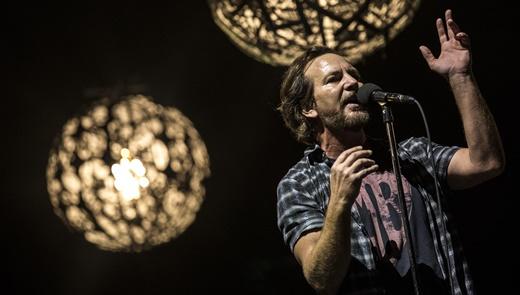 Carisma em estado bruto, o vocalista Eddie Vedder comanda o bom show do Pearl Jam no Maracanã