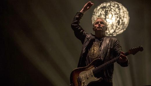 A cada ano mais iluminado: o guitarrista Mike McCready e a guitarra surrada que lhe é peculiar
