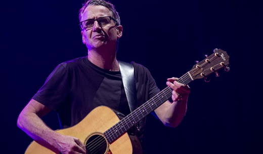 Stone Gossard, um dos maiores guitarra base do rock, num raro momento em que toca violão no show