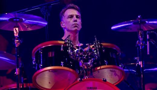 O ótimo baterista Matt Cameron, usina rítmica, ainda em preparação para espancar os tambores