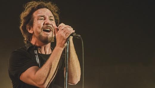 Em noite particularmente inspirada, Eddie Vedder solta a voz no palco do Lollapalooza lotado