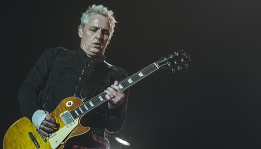 'Possesso de fábrica', o guitarrista Mike McCready, com bandagem na mão, é parceiro ideal de Vedder