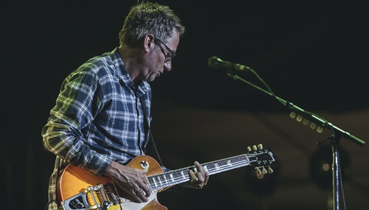 Até o guitarrista base Stone Gossard desanda a solar no show turbinado do Pearl Jam no Lolla