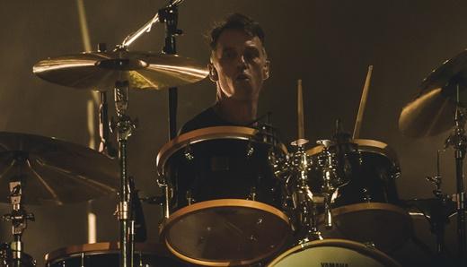 O ótimo baterista Matt Cameron, sempre eficiente na condução das músicas do Pearl Jam
