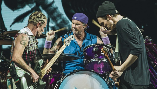 O baixista Flea, o baterista Chad Smith, o guitarrista Josh Klinghoffer e as improvisações dessa turnê