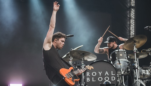 O baixista Mike Kerr e o baterista Ben Thatcher botando pra quebrar em um dos shows mais concorridos