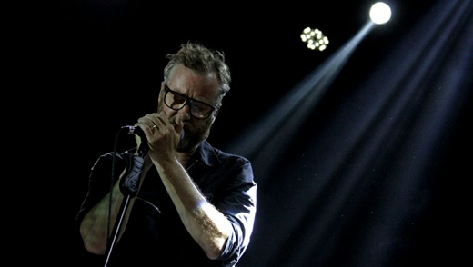 O vocalista do The National, Matt Berninger, ainda sóbrio e concentrado no início do show