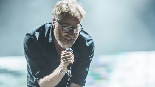 O vocalista do The National, Matt Berninger, com sua voz peculiar, tem ótima performance no Lolla