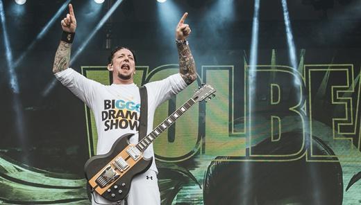O vocalista, guitarrista e líder do Volbeat, Michael Poulsen, todo de branco, na tarde de sexta no Lolla