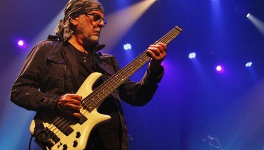 O baixista Patrick Djivas, remanescente de outras formações: solos em praticamente todas as músicas