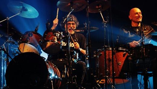 Com a mão muito pesada, Franz Di Cioccio toca bateria junto com o baterista Roberto Gualdi