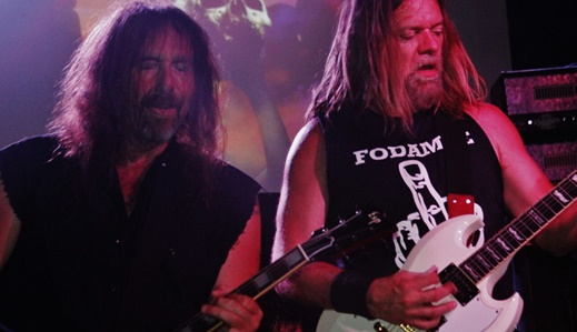 O duelo dos guitarristas Woody Weatherman, que praticamente monopoliza os solos, e Keenan