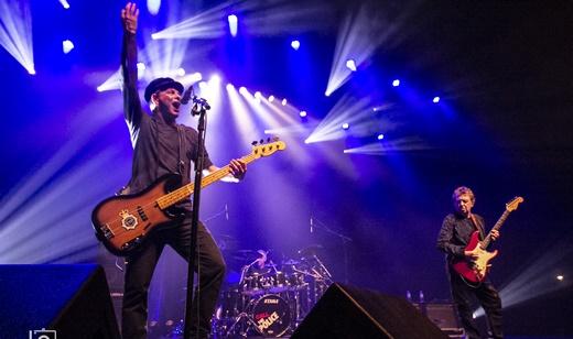 A empolgação do baixista Rodrigo Santos, com Summers ao lado e o baterista João Barone ao centro