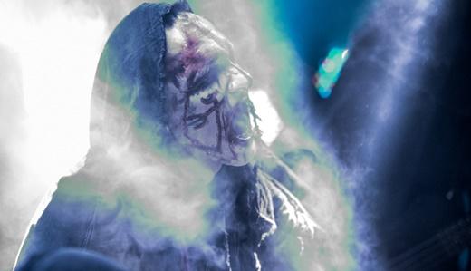 A criatura sinistra em que se transforma o vocalista Attila Csihar, durante o show do Mayhem