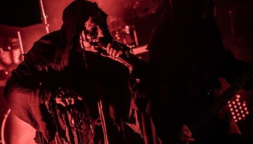 Trevas: a atmosfera pesada criada pelo grupo para a execução de uma obra-prima do black metal