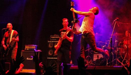 O tradicional salto punk rock de Phillipe Seabra, à frente de toda a banda no palco do Circo Voador