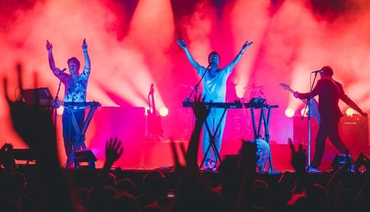 O rock eletrônico do Cut Copy converteu o festival em pista de dança, já na madrugada de domingo