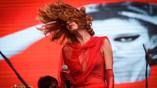 A bela presença de palco da cantora Letícia Novaes, do Letrux, que brilhou na abertura dos trabalhos