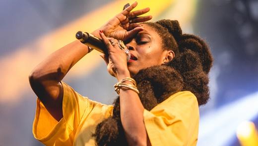 A boa interpretação da cantora Xênia França, atração diurna do Palco Rosa: dá pra melhorar
