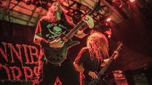 Passagens intrincadas: o ótimo guitarrista base Rob Barrett e o baixista malabarista Alex Webster
