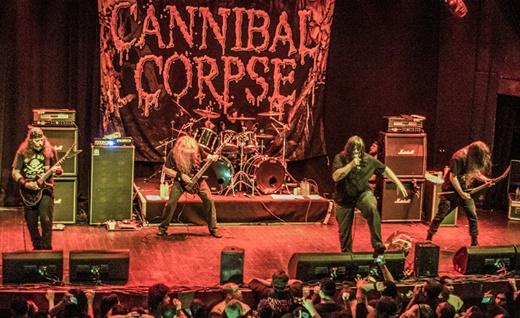A característica paisagem de palco do show do Cannibal Corpse, sempre super borrada no vermelho