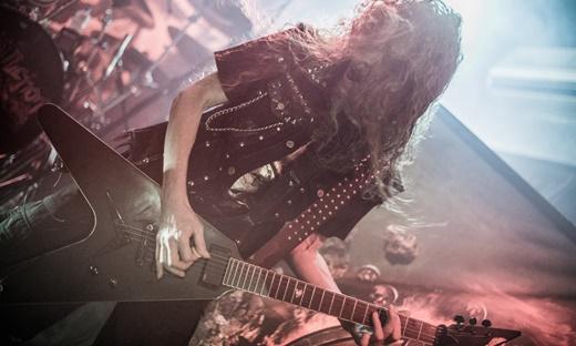 Coadjuvante perfeito: o discreto, mas generoso guitarrista Mike Sifringer e suas palhetadas certeiras