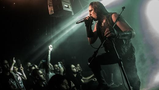 Mortuus se dirige ao público durante o show do Marduk: agressividade plena e assustadora