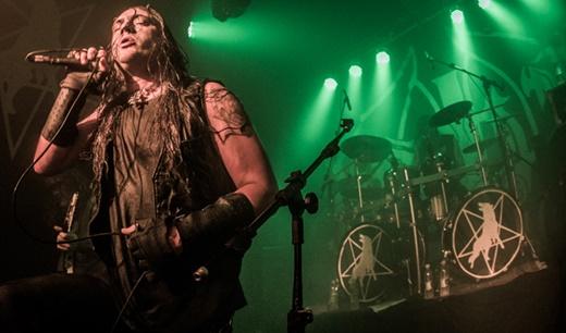 No fundo, o ótimo baterista Fredrik Widigs acelera o andamento, com Mortuus na frente do palco