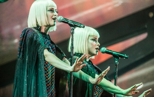 As vocalistas Jess Wolfe e Holly Laessig, no maior estilo Pris Stratton, do clássico 'Blade Runner'