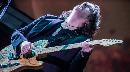Dave Kilminster, o outro guitarrista, que divide com Wilson a herança de interpretar David Gilmour