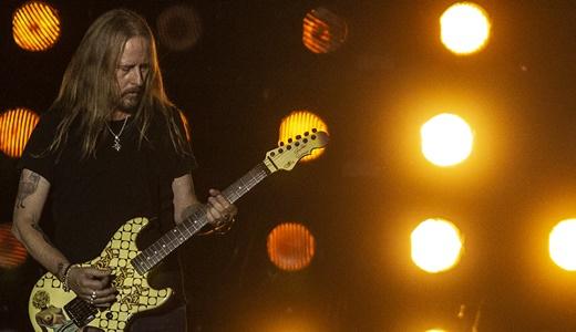 O homem que não sorri: Jerry Cantrell e os riffs de guitarra pesados e arrastados do Alice In Chains