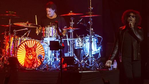 O baterista Sean Kinney, também remanescente da formação original, e o vocalista William DuVall