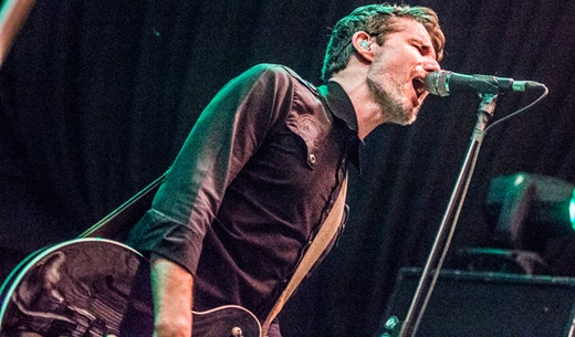 O outro guitarrista, Keeley Davis, mais discreto, capricha nos vocais de apoio do At The Drive In