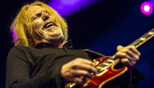 O guitarrista Scott Gorham, único remanescente do clássico Thin Lizzy, ainda em ótima forma