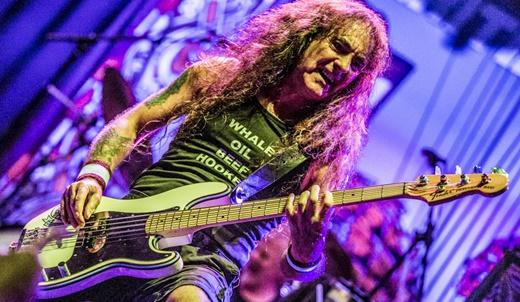 O chefão do Iron Maiden, Steve Harris, se diverte com sua 'banda plano b' no palco do Circo Voador