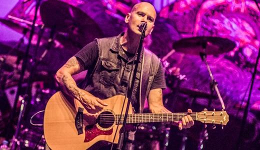 O vocalista Richard Taylor, tocando violão: boa voz mas presença de palco um tanto quanto tímida