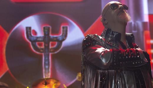 O carismático líder do Judas Priest, Rob Halford, demonstra agradecimento com a mão no coração