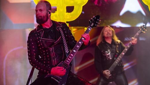 Andy Sneap, também afamado produtor, com o baixista Ian Hill no fundo do cenário do palco